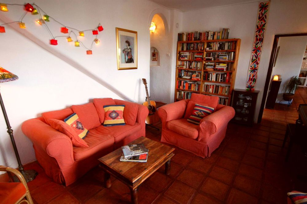 Comfortable lounge with library of books, films and music at Andalusian holiday rental Villa Amapola