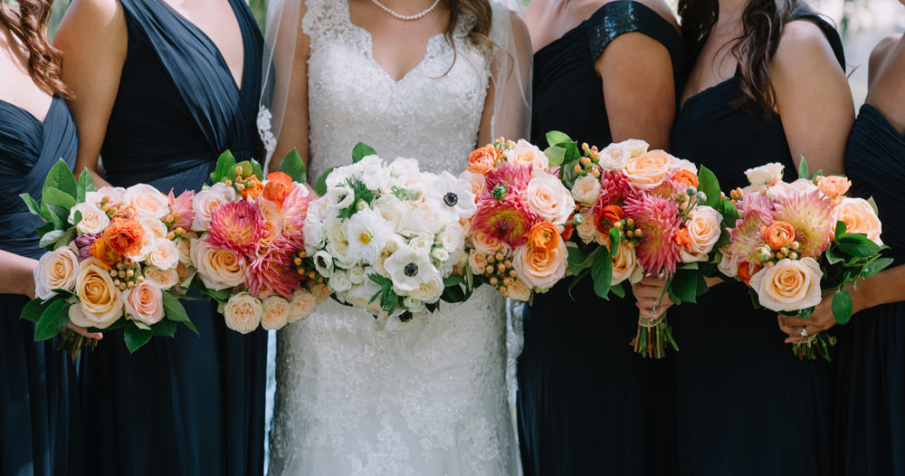 Peach bouquets with garden roses : Jennifer Smith, Darling Photography