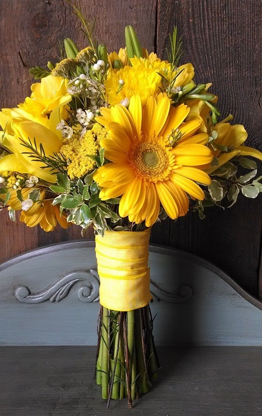 Bridal bouquet for an all yellow summer wedding.