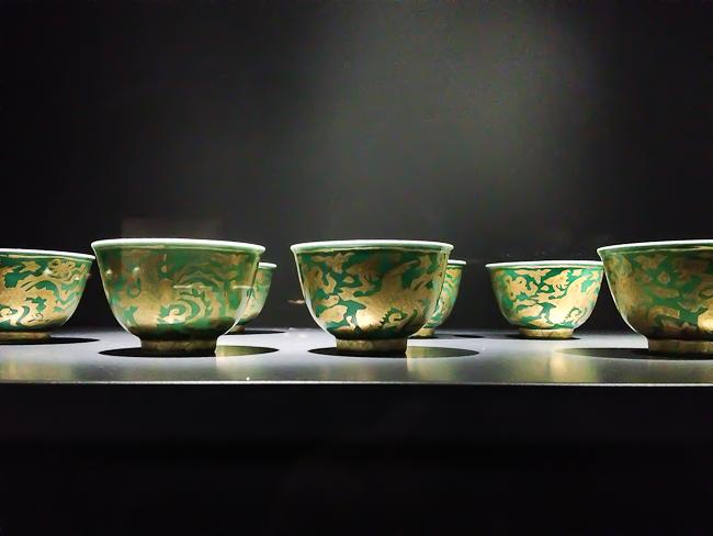 Rosanjin   (incredible what an iPhone can do ….)   great exhibition in Paris' Musée Guimet: L'art de Rosanjin, génie de la cuisine japonaise.   Un parcours passionnant.    http://www.guimet.fr/fr/expositions/expositions-en-cours/cuisine-japonaise-rosanjin-kitao-ji