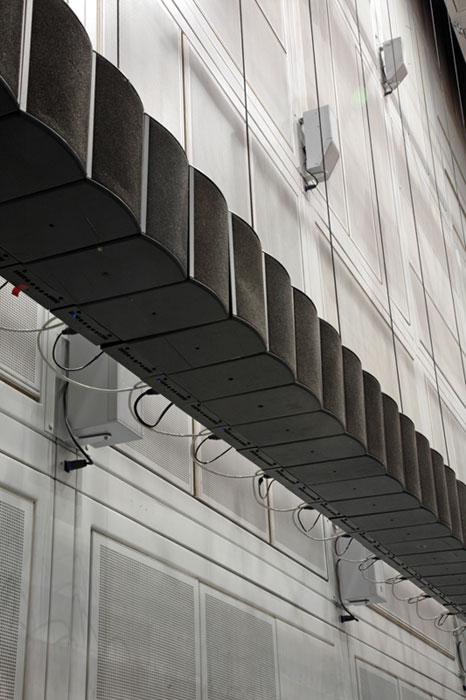 Impressionnant dispositif à l'Ircam de spatialisation du son :ceinture de 264 haut-parleurs répartis autour du public pour la diffusion en WFS (Wave Field Synthesis) et d'un dôme de 75 haut-parleurs pour une diffusion tri-dimensionnelle en mode Ambisonique.   En clair le son se promène dans l'espace comme un papillon. Le son passe à côté de vous, vous contourne, repart et revient.   Etonnant.    http://www.ircam.fr/transmission.html?event=1179
