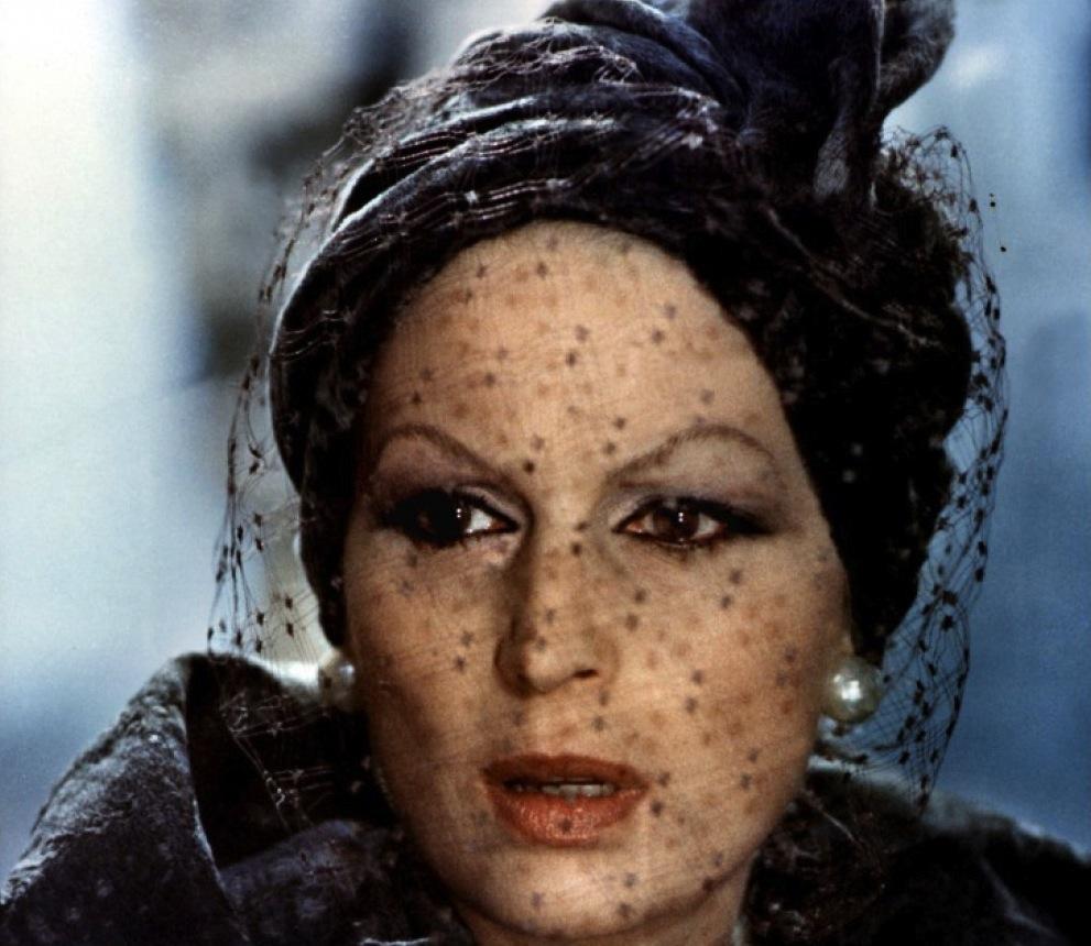 """Violence et passion  de Luchino Visconti est sans doute mon film préféré.   Cela doit bien faire 15 ou 20 ans que c'est le cas.   Je me souviens avoir vu ce film il y a très longtemps au Saint-Germain-des-Près.   J'avais trouvé le DVD par hasard à la boutique de Tate Modern à Londres alors même que je le cherchais depuis des années.Mais je ne le regarde jamais en DVD. Ce film doit être vu sur grand écran.   C'est donc quelques jours après sa re-sortie en salles (Filmothèque du Quartier Latin) que je suis allée le voir, symboliquement le jour de mon anniversaire, dans une salle pleine.   Quel enchantement.   Il y a des films que j'aime plus que tout mais qui parfois me déçoivent quand je les revois. Par exemple  Les dames du bois de Boulogne  de Bresson que j'ai revu récemment.Non pas que ces films ne soient d'excellents films, ils le sont et le restent, mais leur première vision est souvent un tel choc émotionnel qu'il est difficilement reproductible.   Car un film se """"fait"""" pour moi à mi-chemin entre ce qu'il offre et ce que le spectateur y voit.Les """"bons"""" films laissent de la place, pour que le spectateur puisse y projeter ses propres émotions, sa propre imagination, sa propre """"réalité"""".C'est pour ça que l'on voit toujours de nouvelles choses quand on revoit un bon film.Un """"mauvais"""" film sera plus fermé, plus formaté évidemment, moins complexe.    Violence et passion  est l'histoire d'un homme âgé (Burt Lancaster), qui préfère les oeuvres d'art aux hommes. Il se cache derrière la certitude des objets, parfaits dans leur harmonie, et qui créent suffisamment d'émotions en lui pour qu'il se sente vivant.   Mais c'est un homme qui se referme sur lui-même. Son extrême sensibilité, qui lui permetautantd'apprécier les oeuvres d'art, a du lui faire mal dans la vie.   Une """"famille"""" (une femme mariée, son amant, sa fille, etc …) vient s'installer au-dessus de chez lui et il va être à nouveau confronté à ce qu'est la vie: l'amour, le risque, la violence et les passions.   Ja"""