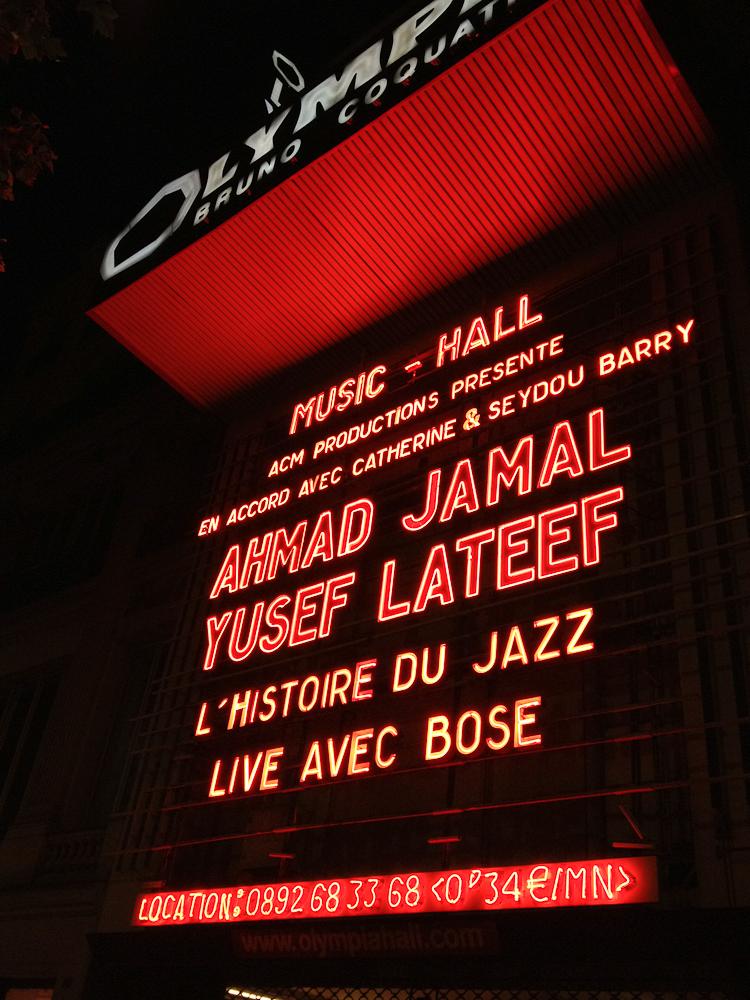 Hier soir à l'Olympia, Ahmad Jamal faisait ce qu'il voulait. On a l'impression qu'il jouait du piano avec sa tête.   Alternant les douces et délicates notes d'une mélodie, déconstruisant les rythmes, il finissait sur un enchainement hallucinant d'accords et recommençait de plus belle.   Avec Yusef Lateef, on est allé encore plus loin.   Les premières notes de son saxophone ont d'abord commencé par me laisser dubitative … et une ou deux minutes après j'étais prise dans quelque chose d'absolument incroyable.   Une musique qui laisse tomber l'apparat du rythme et de la mélodie pour rentrer dans une abstraction beaucoup plus puissante.   Quelle inspiration de voir cet homme de 92 ans d'une telle pureté dans son expression, aussi ovationné par une foule subjuguée.