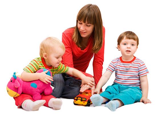Das Au-Pair spielt mit Ihren Kindern.