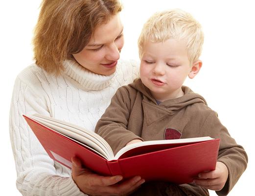 Das Au-Pair liest Ihrem Kind vor.