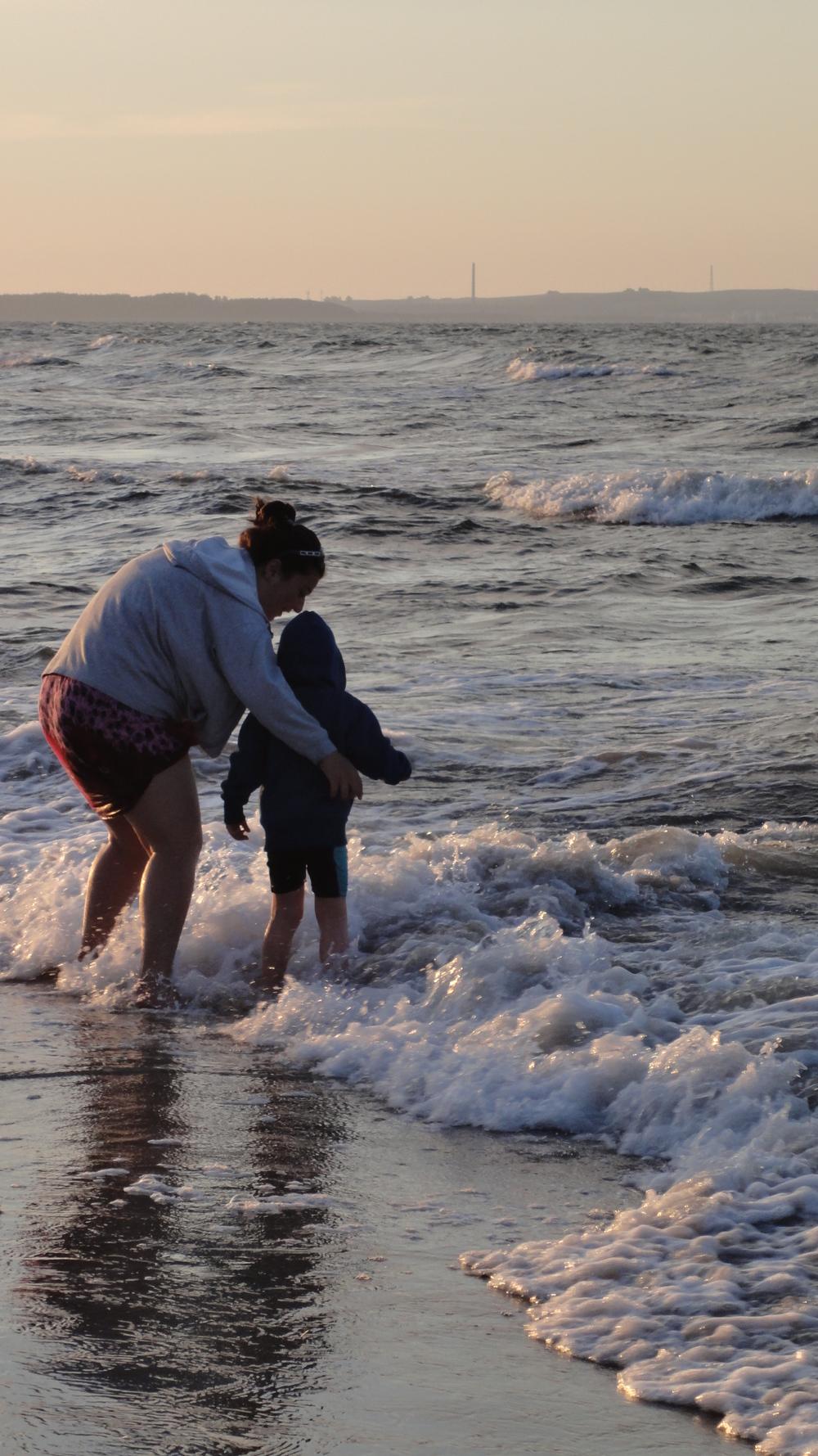 Au Pair mit Kind am Strand