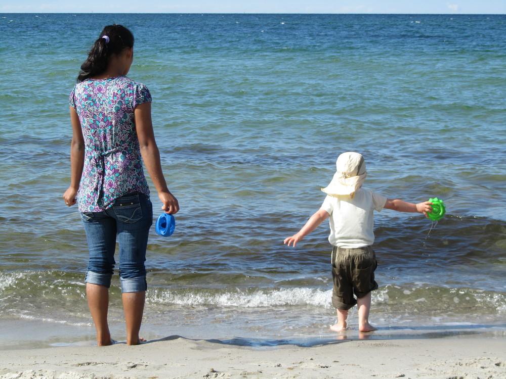Au Pair mit Sohn  am Strand