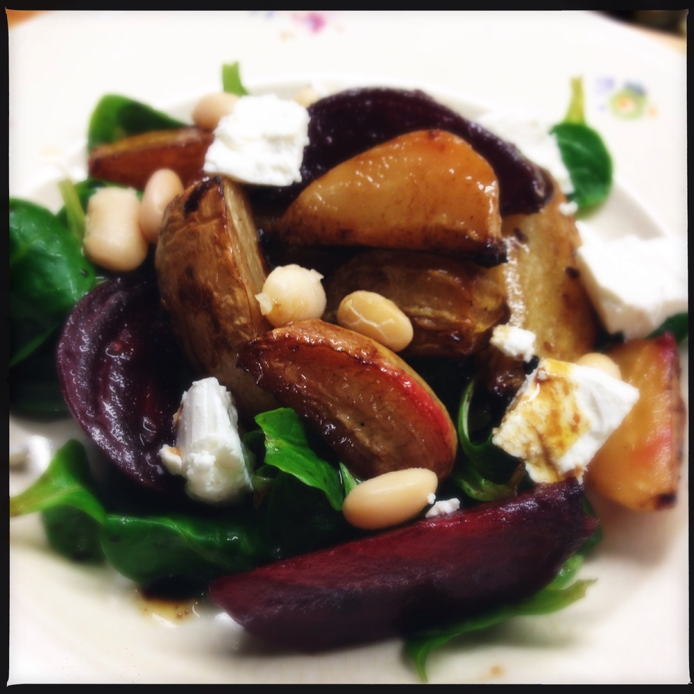 Voorgerecht: salade van geroosterde bietjes met geitenkaas en een balsamicodressing First Course: salad of roasted beets with goats cheese and a balsamic dressing.