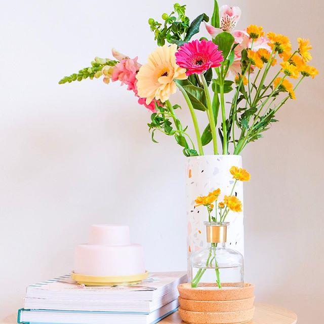 Wist je dat... de paaseitjes in het stolpje nog steeds niet op zijn 😱. Van het weekend kocht ik een paar kleine vaasjes bij @hemanederland en eentje komt al meteen van pas! Lekker veel kleur tijdens deze regenachtige dagen. . . . #flowers #flower #flowerstagram #flowerpower #color #colourpop #bloemen #hema #kwantum #kwantuminhuis #helladuijs #kleurrijk #lente #spring #vaasjes #vases #interieur #interior #interior2you #decoration #decor #homedecor #happy #stolp #interieurstyling #styling #popofcolor #kwantumnederland