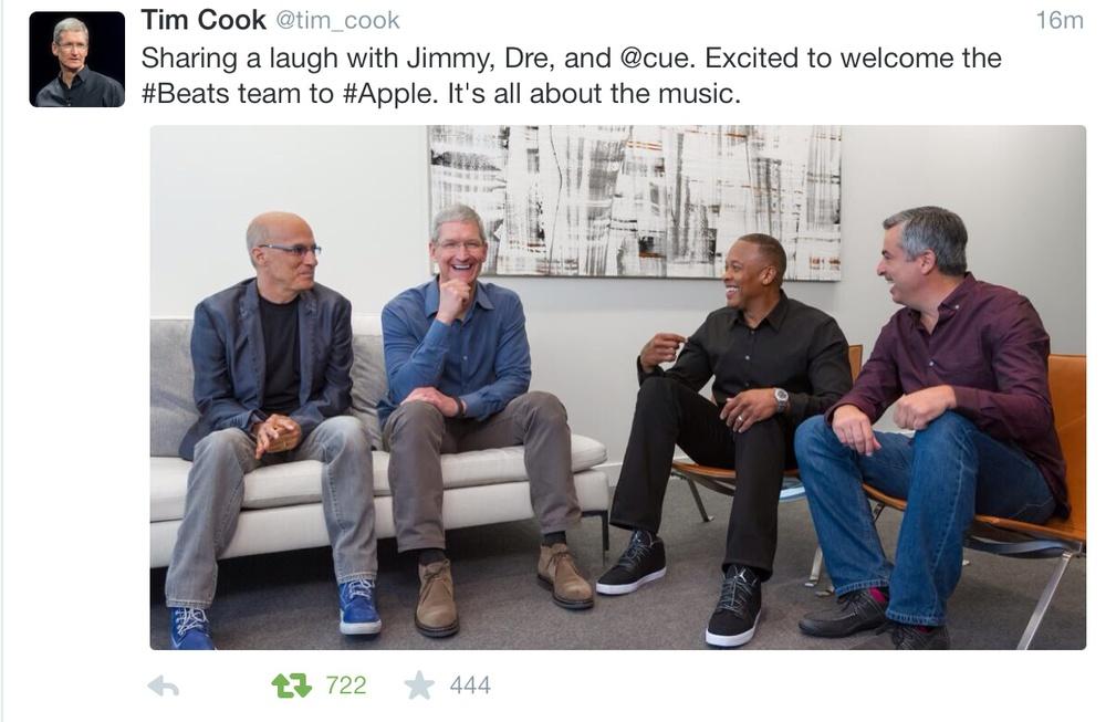 """Tim Cook divulga foto no seu twitter onde está em """"amena cavaqueira"""" com os novos executivos da Beats"""