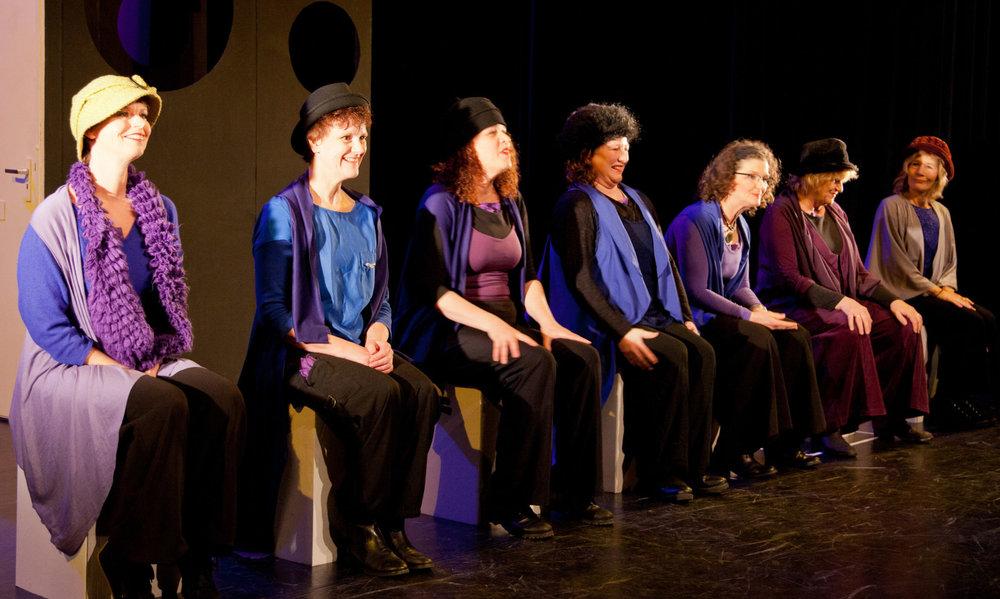 De crew van  Ben ik dit , een voorstelling uit het RaamLab van Theatergroep Raamwerk  Vlnr: Ida Goossens, Lia de Boer, Inge Scheper, Fardouw Oenema, Birgitte Dekker, Marga Hoijting, Christianne Bosklopper