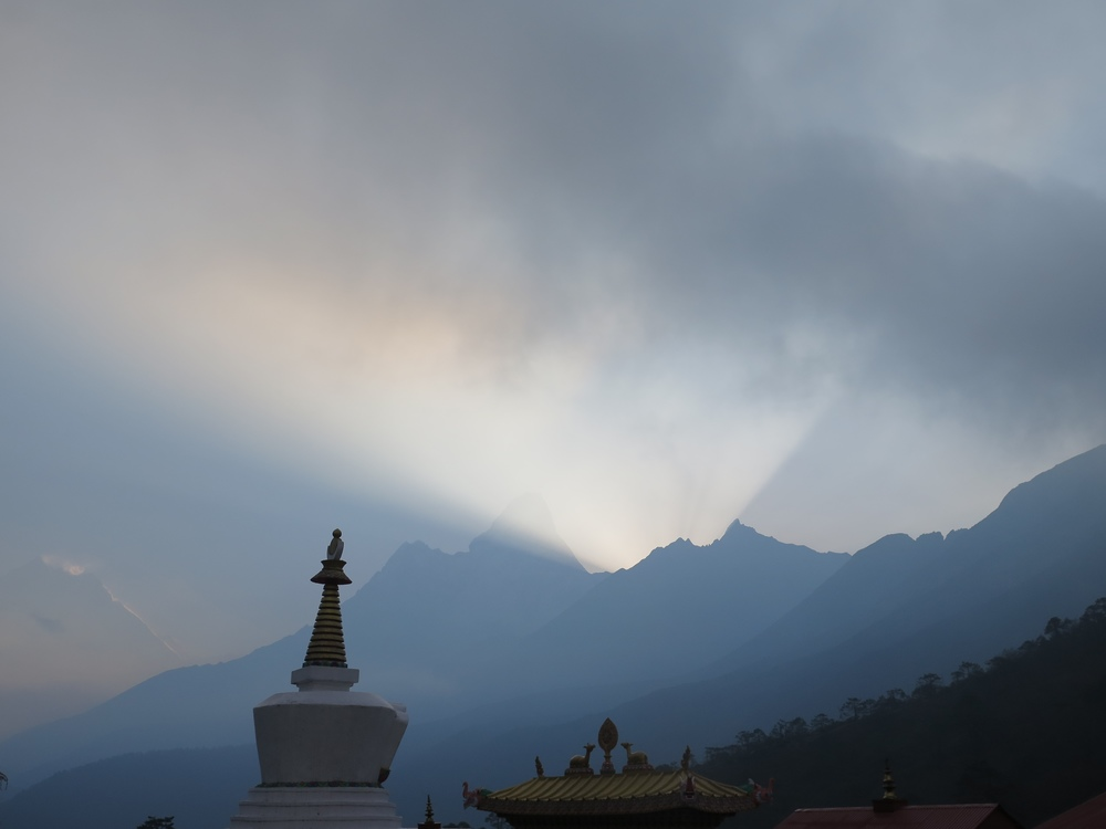 Sabah 6'da Tengboche'de gunes AmaDablam'in arkasindan dogarken / Sunrise behind AmaDablam at Tengboche at 6am