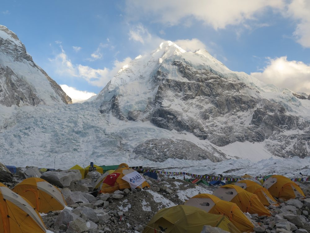 Khumbu buzulu ve ana kamptan minik bir kare / Khumbu icefall and a tiny frame from the base camp