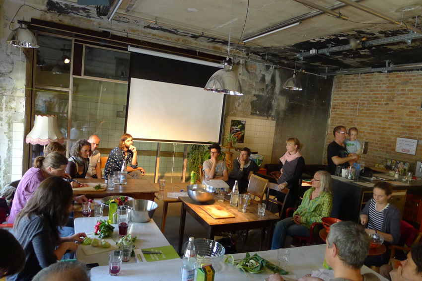 """Beim Workshop """"was kann garteln im urbane Raum"""" diskutierten  30 TeilnehmerInnen Motivationen, Potenziale und Bedingungen urbaner Landwirtschaft udn Gemeinschaftsgartenprojekten in Innsbruck/Tirol und entwickelten Strategien der Zusammenarbeit . (in Koop. mit der Bäckerei-Kulturbacksube)"""