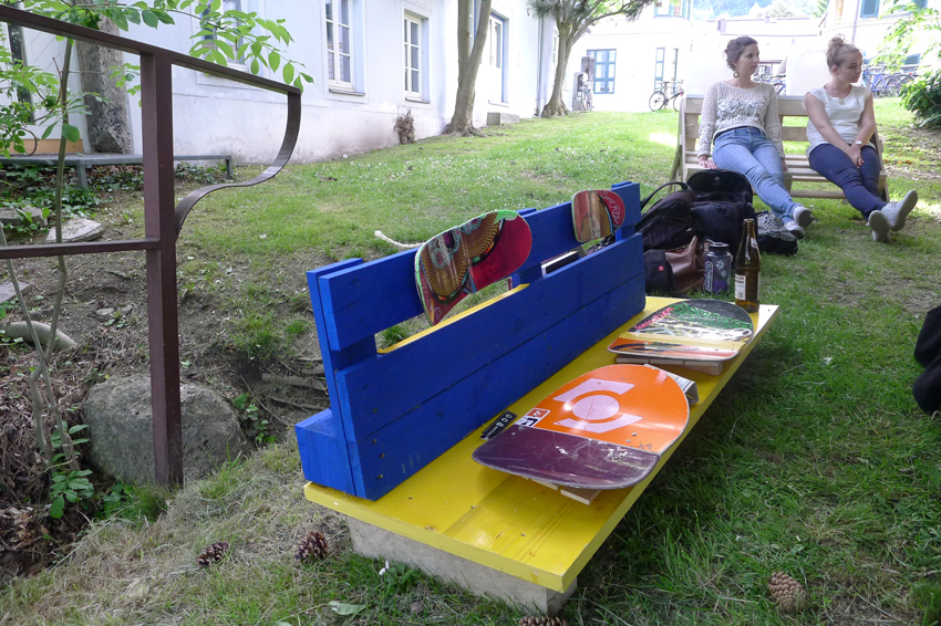 Stadtmöbel aus Recyclingmaterial zur temporären Bespielung eines konkreten Ortes – die sichtbaren Ergebnisse des Workshop mit Santi.