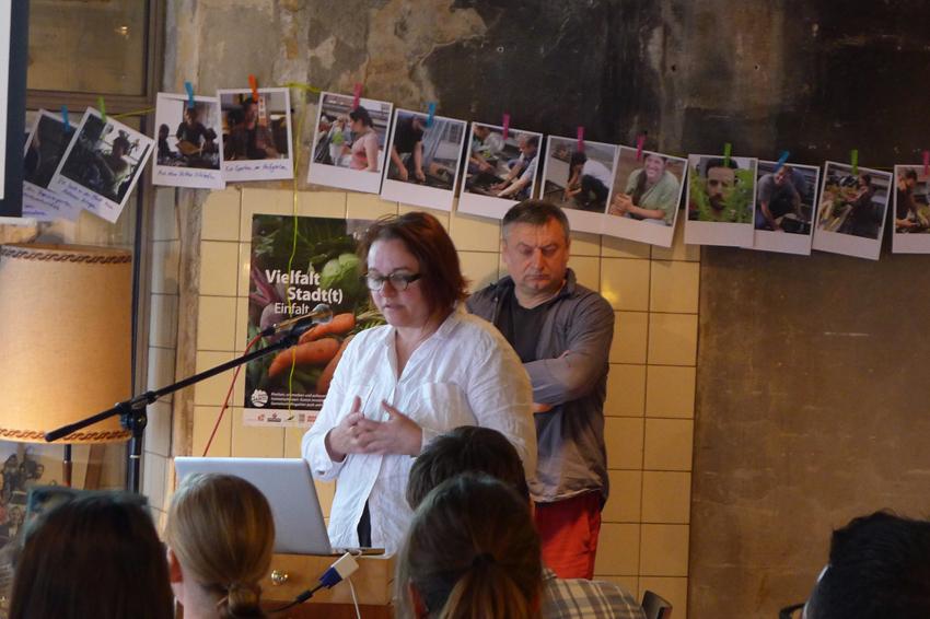 Doina Petrescu und Constantin Petcou (aaa) erläuterten   anhand ausgewählter Projekte einen Einblick in ihre Bottom-Up Strategien zur Initiierung von selbstorganisierten Prozessen der Aneignung und Verwaltung brach liegender urbaner Räume.