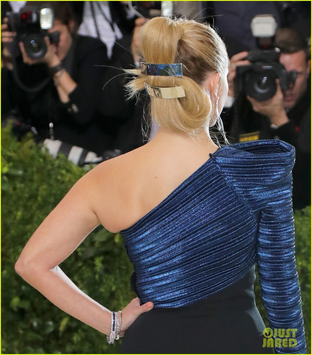 reese-witherspoon-is-a-met-gala-beauty-in-navy-blue-02.jpg
