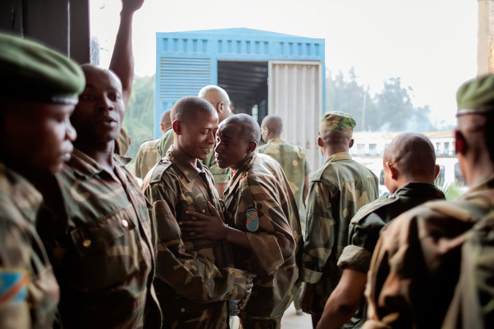 At the end of the trial day, the lower-ranked FARDC soldiers pile into a truck that will transport them back into custody. The twelve higher-ranked officers on trial left on their own accord. They were not in custody and were able to move freely.