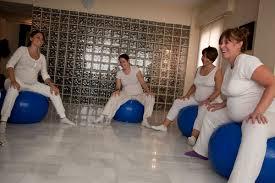 Movimientos pélvicos circulares con la ayuda de una pelota: guían al bebé hacía la posición correcta. También lo puedes realizar parada o sentada en una silla.