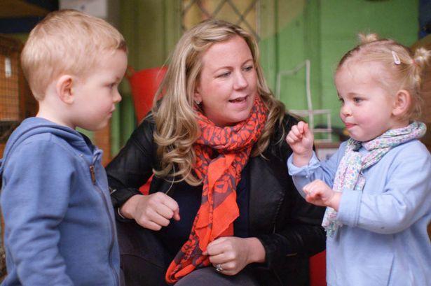 Ejemplo a seguir: aprendiendo lenguaje de señas para comunicarse con su mamá sorda