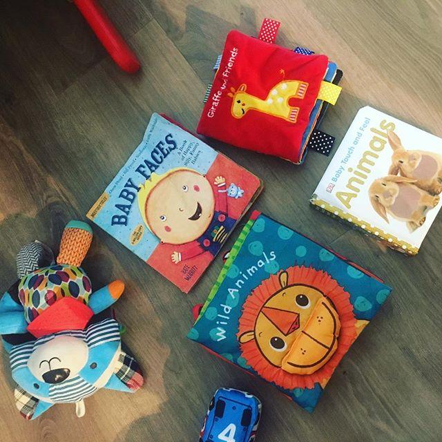 Los primeros cuentos todo terreno de Niko 😛 2 de tela ideal para cuando son bebitos. 1 es de un material que pueden morder, arrugar, babear y no pasa nada jajaja muy bueno para cuando están empezando a meterse todo en la boca y por último, uno de texturas sobre animales que llama mucho la atención🐇🐿. ¿Ustedes tienen sus favoritos para bebés? . . . #cuentos #lecturainfantil #librosinfantiles #vidadebebe #babyreading #cuentitos #NikoGolo