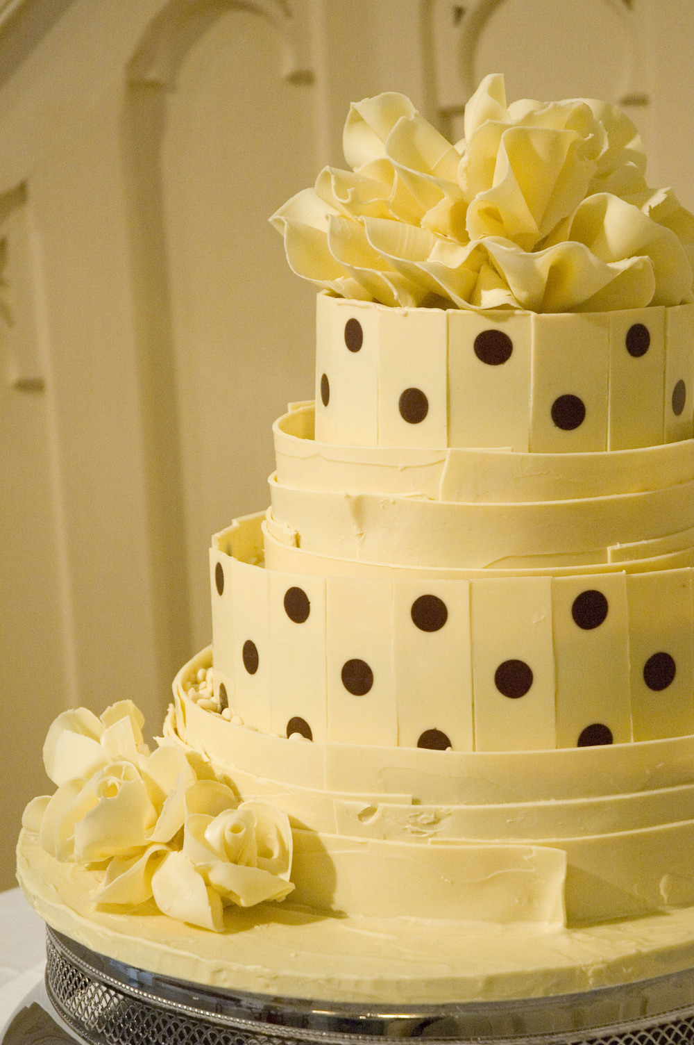 spotty white chololate wedding cake 03.jpg