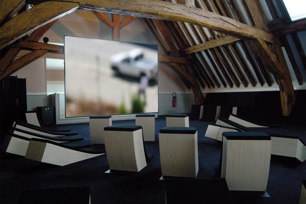 Aménagementet design mobilier de l'espace vidéo d'un centre d'art - La Ferme du Buisson