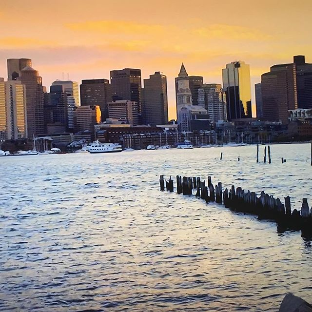 As the sun sets over Boston it's time to say goodbye to the weekend, until next time. . . . #boston #weekendvibes #cityview #explore #justdoit #newengland #downtown #findingtreasures #yes #instagood #bostontrip #travel #traveladdict #travelblogger #luxurytravel #luxurylifestyle #jdtroad #justdowntheroad