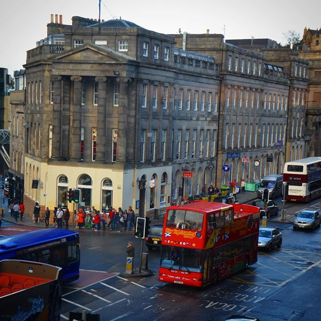 View from the top, do you like it? What's your favorite spot in the city? . . . #edinburgh #scotland #city #scotland_insta #streetview #viewfromthetop #rooftop #thisisedinburgh #bus #uk #doubledecker #travel #explore #luxurylifestyle #jdtroad #justdowntheroad #jdtroadtravels