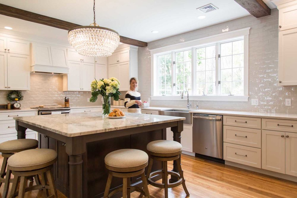 COMBINATION OF FARMHOUSE & GLAM FOR AN ANDOVER KITCHEN