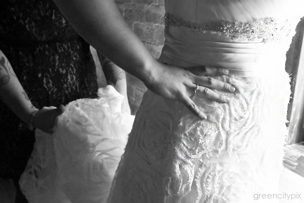 Awesome rose patterns on bride's gown