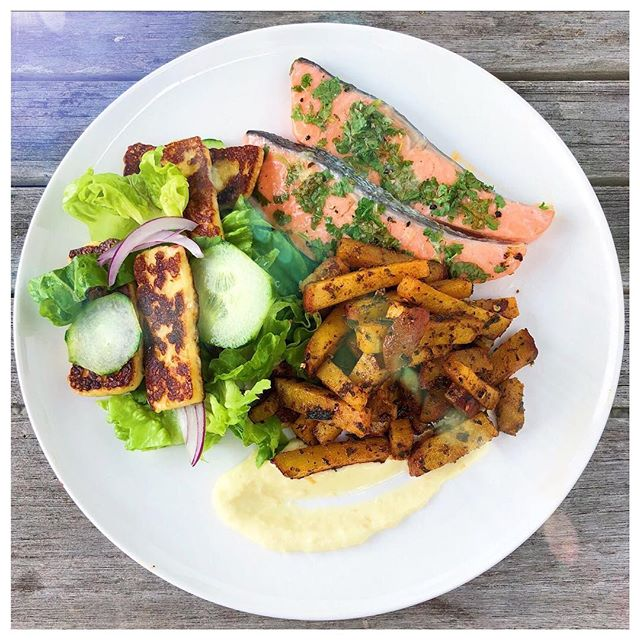 HELLO FRESHNESS 😍🍃 Baked lemon and herb salmon with oven roasted spiced kumara chips and a cos and halloumi salad with a fresh lemon mayo 💕