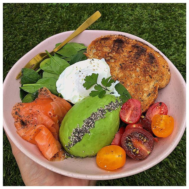 ALL ABOUT THIS SUNDAY BRUNCH 😍🙌🏼 I made this bowl full of nourishing food and has spinach, smoked salmon, avocado, cherry tomatoes, low carb bread and a poached egg 🌸✨👌🏼