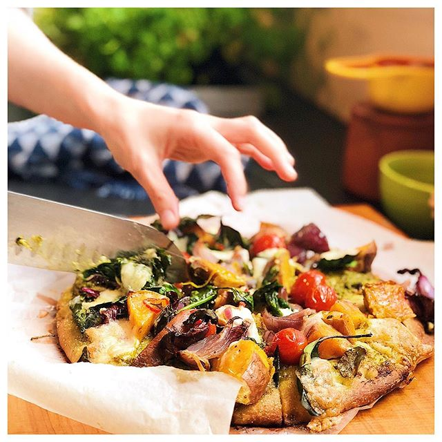When Stacey just throws a little something together with leftovers for lunch 😍👏🏼 A delicious Turkish pizza base topped with pesto, roasted red onion & kumara wedges, cherry tomatoes, spinach and mozzarella 🍕✨