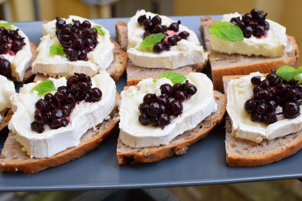 """Chléb s ořechy z Petite France, kozí sýr, rybíz ze sklenice s nadpisem """"rybíz 2012"""" od dědečka a lístek máty."""