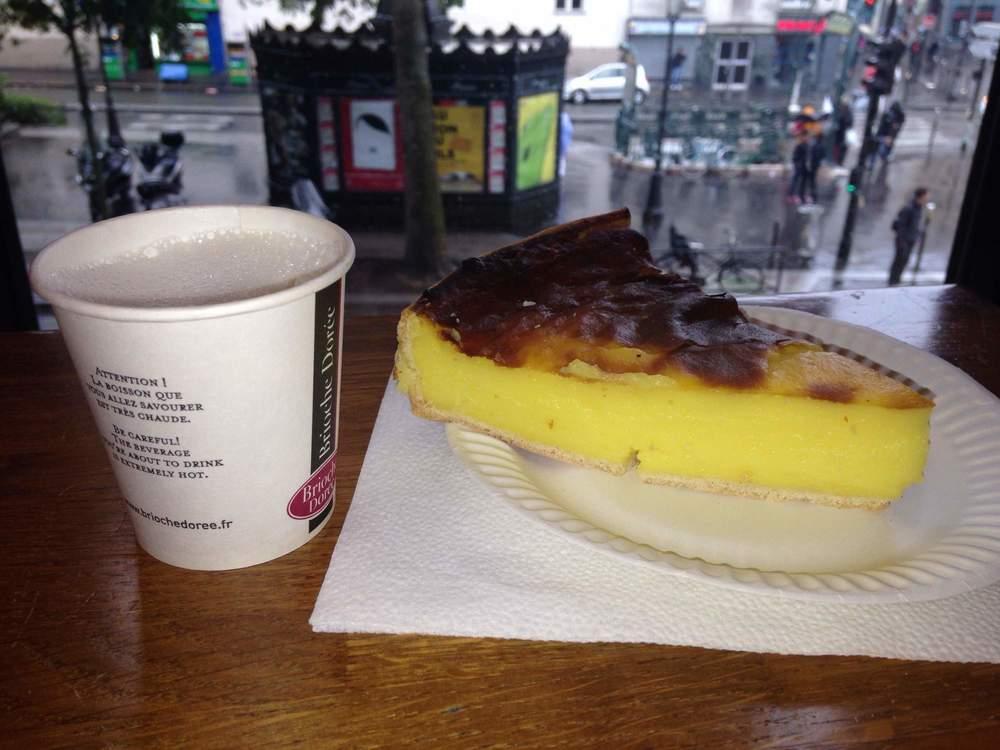 pohodička při kávě a dezertu flan s výhledem na Pigalle