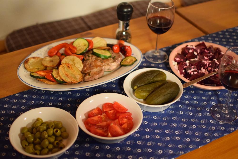 Místní víno, zelenina (obzvlášť dobré nakládačky) a mohlo se jít grilovat.