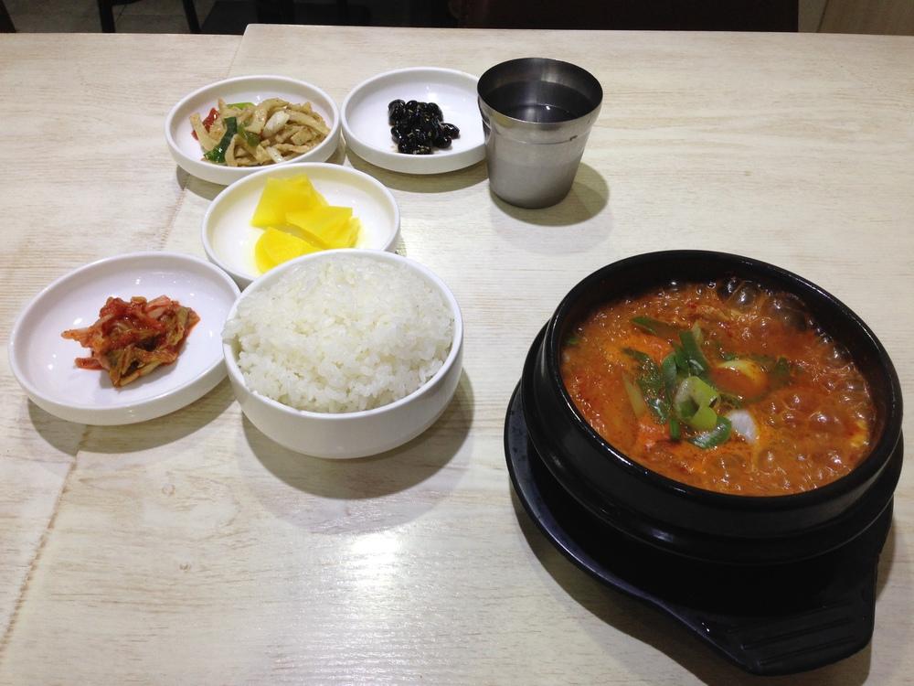 misky jako předkrm a kimchi soup