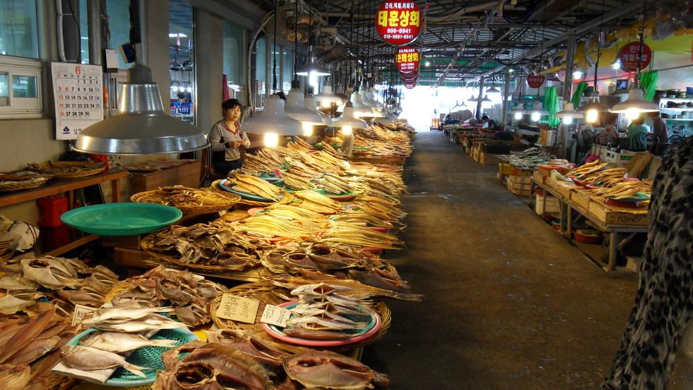 trh se sušenými rybami