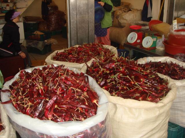 tohle je asi měsíční zásoba chilli běžné korejské rodiny - aspoň v mých očích :))