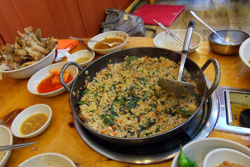 Tento pokrm spočívá v tom, že si porůznu ochutíte stále ohřívaný vývar, zbaštíte žebra (viz miska s kostma :),do zbylého vývaru nasypete rýži a až je hotová, můžete pokračovat v konzumaci.