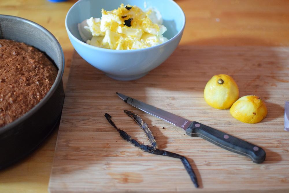 vanilkový lusk rozkrojte podélně a vyškrábejte nožem