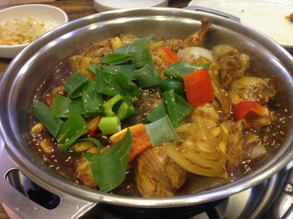 dušené kuřecí maso se zeleninou. Na stolním grilu pro všechny, nabíráte si do misek (viz vedle)