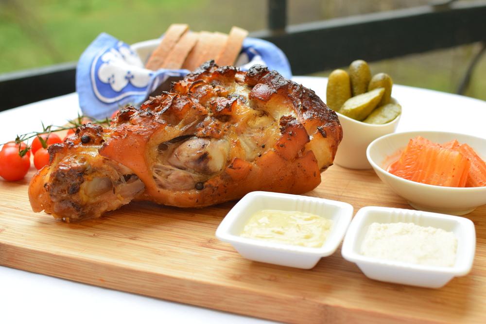 pečené vepřové koleno s domácím chlebem