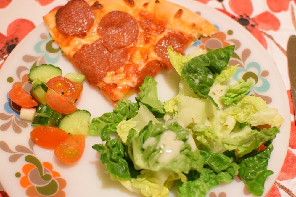 pizza se zeleninovým salátem