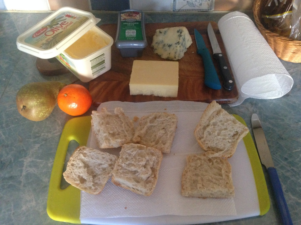 lucy, v kuchyni jsme ti nechali surovinypro přípravu oběda... Aha... :)