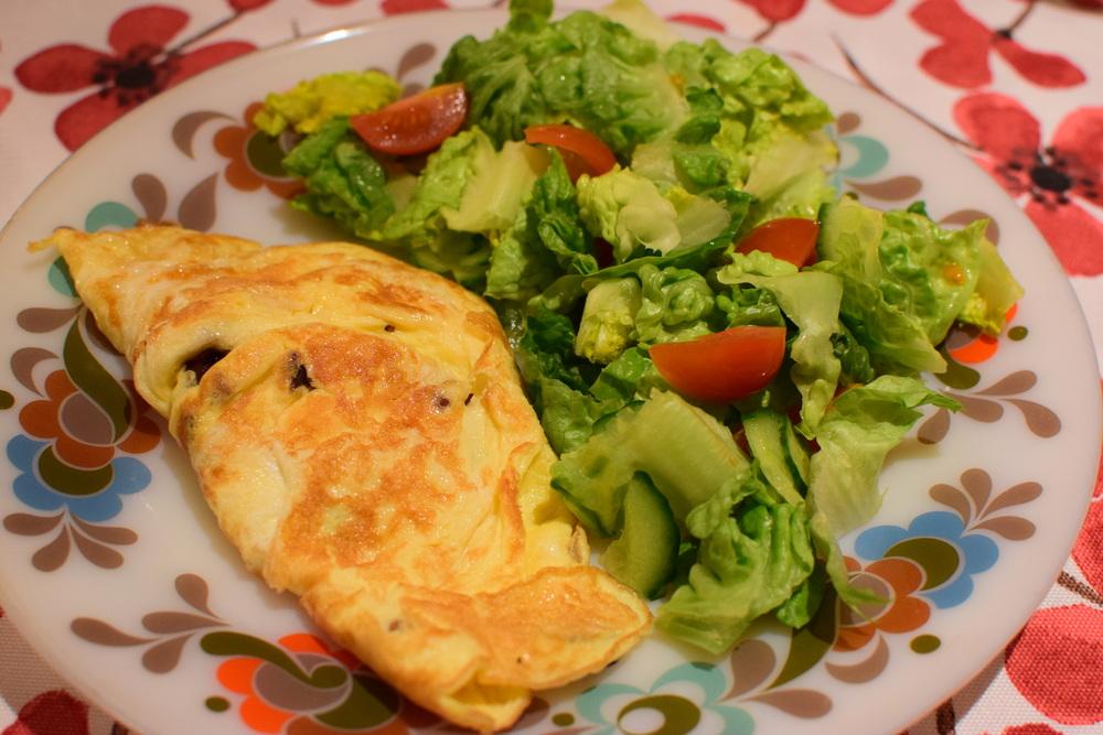 vaječná omeleta se salátem