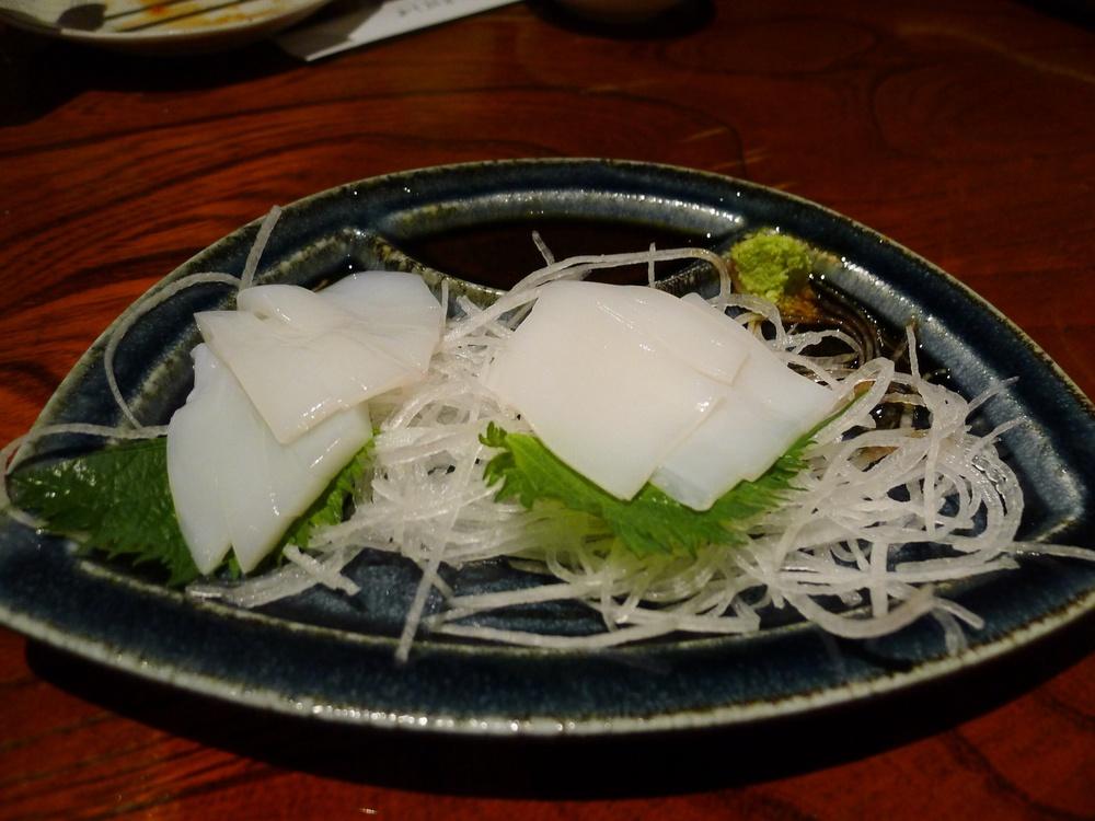 sashimi z chobotnice na čerstvé bílé ředkvi a bylinkových listech -obvyklá příloha