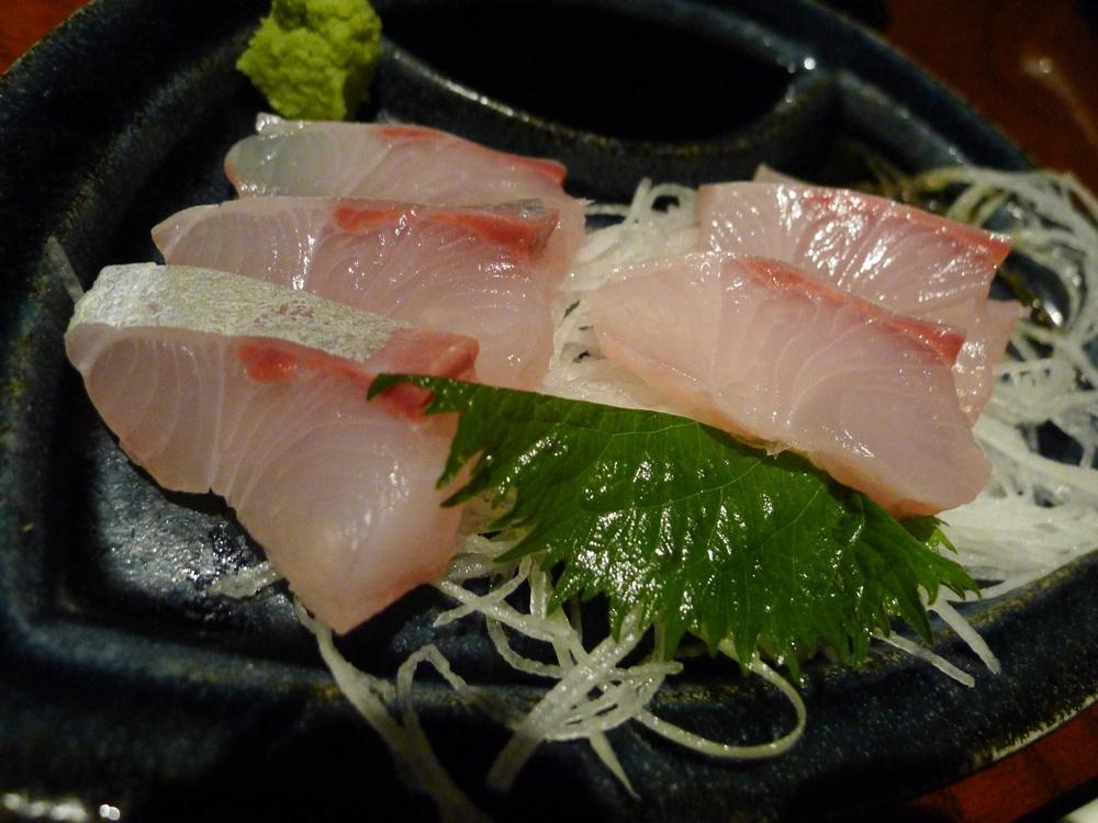 sashimi z ryby yellowtail, specifický druh hojně využívaný právě pro sashimi