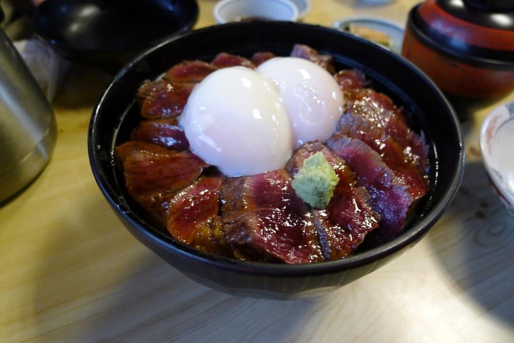 grilované hovězí maso se ztracenými vejci